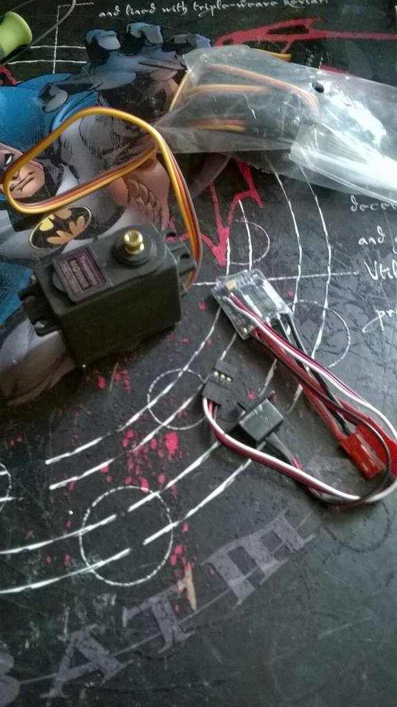 le servos pignons metalliques et un micro variateur